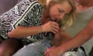 Geile Mummy mit dicken Titten entjungfert den jungen User